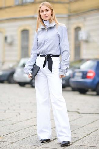 Cómo combinar: camisa de vestir celeste, pantalones anchos blancos, botines de cuero con adornos negros, cartera sobre de cuero negra