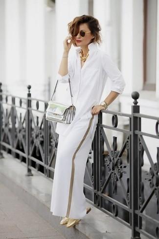 Cómo combinar: camisa de vestir blanca, pantalones anchos blancos, chinelas de cuero doradas, bolso bandolera de cuero plateado
