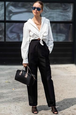 Cómo combinar: camisa de vestir blanca, pantalones anchos negros, chinelas de malla negras, cartera de cuero negra