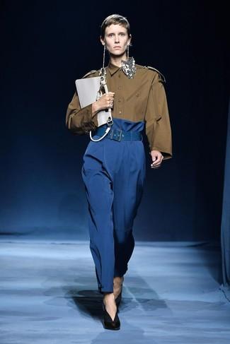 Cómo combinar: camisa de vestir verde oliva, pantalones anchos azules, zapatos de tacón de cuero negros, cartera sobre de cuero blanca