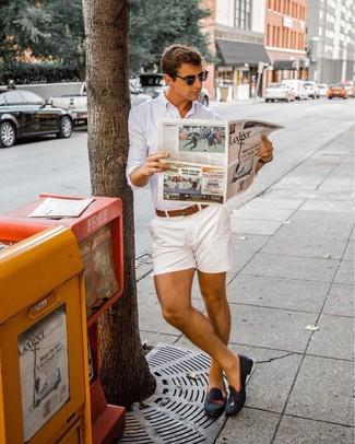 Cómo combinar: camisa de vestir blanca, pantalones cortos blancos, mocasín de ante negro, correa de cuero marrón