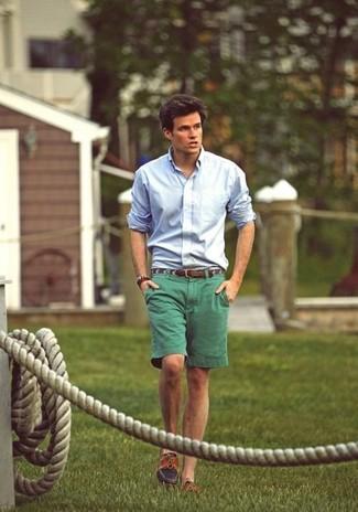 Cómo combinar: camisa de vestir celeste, pantalones cortos verdes, náuticos marrónes, correa de cuero marrón