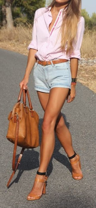 Cómo combinar: camisa de vestir de rayas verticales rosada, pantalones cortos vaqueros celestes, sandalias de tacón de cuero en tabaco, bolsa tote de cuero en tabaco