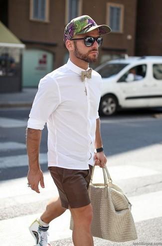 Cómo combinar: camisa de vestir blanca, pantalones cortos en marrón oscuro, zapatillas altas en multicolor, bolsa tote de cuero en beige