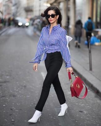 Cómo combinar: camisa de vestir de rayas verticales azul, pantalones pitillo negros, botines de elástico blancos, bolso de hombre de cuero rojo