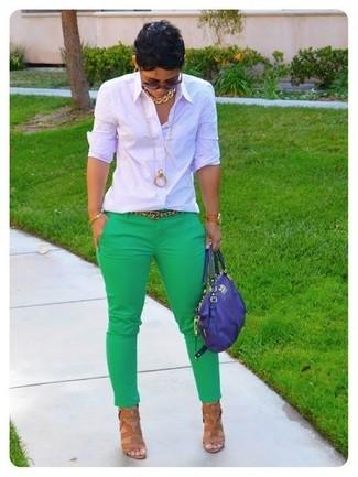 Cómo combinar: camisa de vestir a cuadros blanca, pantalones pitillo verdes, sandalias de tacón de cuero marrón claro, bolso de hombre de cuero azul