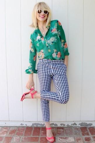 Utiliza una camisa de vestir con print de flores verde y unos pantalones pitillo a cuadros en blanco y azul marino para conseguir una apariencia relajada pero chic. Este atuendo se complementa perfectamente con sandalias de tacón de cuero rosa.
