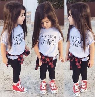 Cómo combinar: camisa de vestir roja, camiseta gris, leggings negros, zapatillas rojas