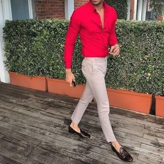 Cómo combinar: camisa de vestir roja, pantalón chino en beige, zapatos con doble hebilla de cuero en marrón oscuro