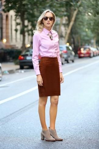 Cómo combinar: camisa de vestir rosada, falda lápiz en tabaco, botines de ante grises, collar dorado