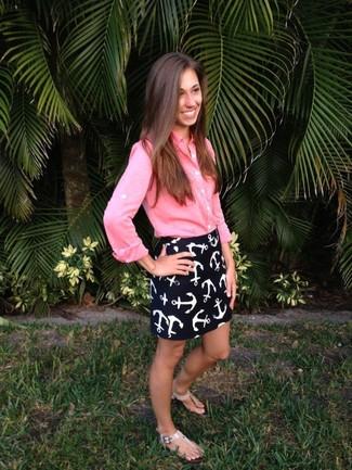 Cómo combinar: camisa de vestir rosada, minifalda estampada en azul marino y blanco, sandalias de dedo de cuero en beige
