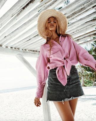 Cómo combinar: camisa de vestir rosada, minifalda vaquera negra, sombrero de paja marrón claro