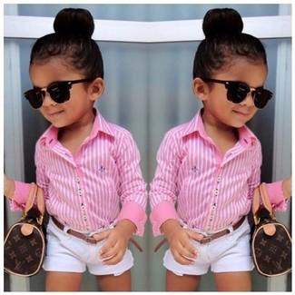 Cómo combinar: camisa de vestir rosada, pantalones cortos blancos