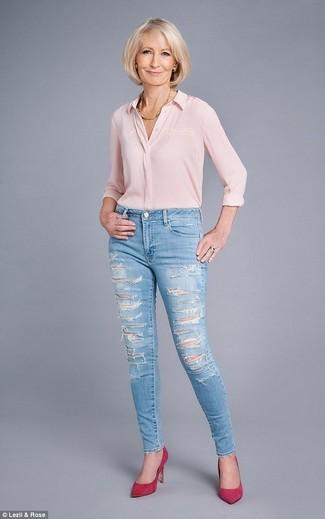 Cómo combinar: camisa de vestir de seda rosada, vaqueros pitillo desgastados celestes, zapatos de tacón de ante rosa, collar dorado