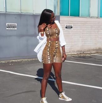 Cómo combinar: camisa de vestir blanca, top corto con print de serpiente marrón, mallas ciclistas con print de serpiente marrónes, zapatillas altas de cuero doradas