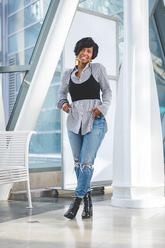 Cómo combinar: camisa de vestir de rayas verticales en blanco y negro, top corto negro, vaqueros boyfriend desgastados azules, botines de cuero negros