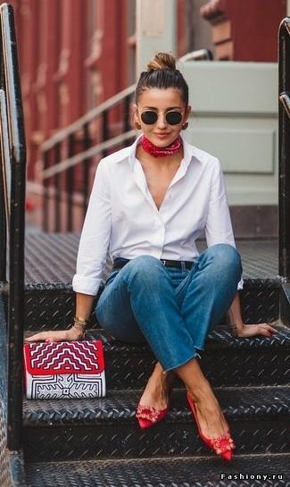 Cómo combinar: camisa de vestir blanca, vaqueros azules, bailarinas de satén con adornos rojas, cartera sobre de cuero estampada roja