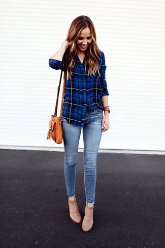 Cómo combinar: camisa de vestir de tartán azul, vaqueros pitillo celestes, botines de ante en beige, bolso bandolera de cuero marrón claro