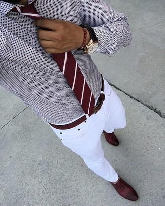 Cómo combinar: camisa de vestir estampada burdeos, vaqueros pitillo blancos, zapatos oxford de cuero burdeos, corbata de rayas verticales burdeos