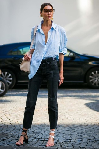 Cómo combinar: camisa de vestir celeste, vaqueros negros, sandalias de tacón de cuero blancas, sandalias de tacón de cuero negras