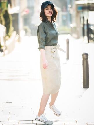 ... Usa una camisa de vestir verde oscuro y una falda lápiz beige para una  apariencia clásica 298c6b73c73d