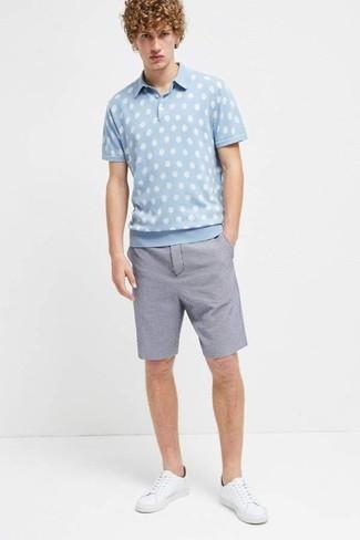 Cómo combinar: camisa polo a lunares celeste, pantalones cortos de seersucker azules, tenis de cuero blancos