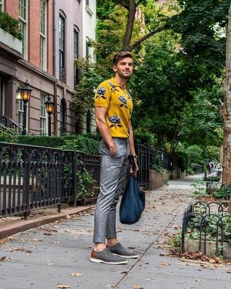 Cómo combinar: camisa polo estampada amarilla, pantalón de vestir de tartán gris, zapatos derby de lona grises, bolsa tote de lona azul marino