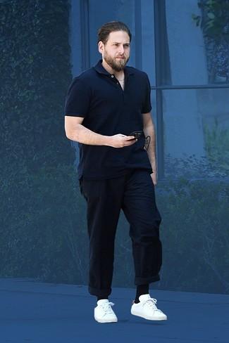 Cómo combinar: camisa polo azul marino, pantalón chino azul marino, tenis de cuero blancos, calcetines negros