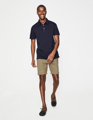 Cómo combinar: camisa polo azul marino, pantalones cortos marrón claro, náuticos de ante azul marino