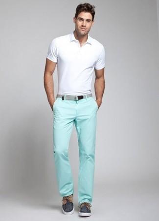 Cómo combinar: camisa polo blanca, pantalón chino en verde menta, náuticos de lona azul marino, correa de lona gris