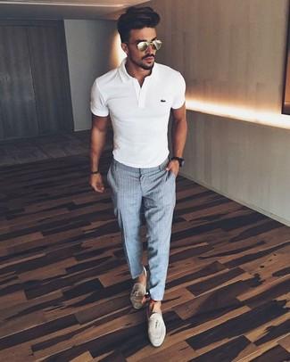 Cómo combinar: camisa polo blanca, pantalón de vestir a cuadros gris, mocasín con borlas de ante en beige, reloj negro