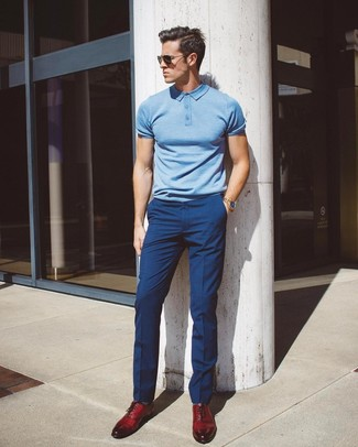 Cómo combinar: camisa polo celeste, pantalón de vestir azul marino, zapatos oxford de cuero burdeos