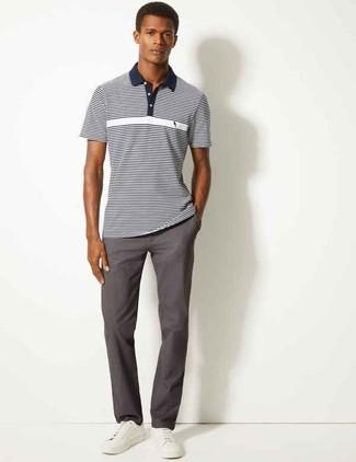 Cómo combinar: camisa polo de rayas horizontales en azul marino y blanco, pantalón chino en gris oscuro, tenis de cuero blancos