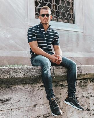 Cómo combinar: camisa polo de rayas horizontales en azul marino y blanco, vaqueros pitillo desgastados azul marino, deportivas negras