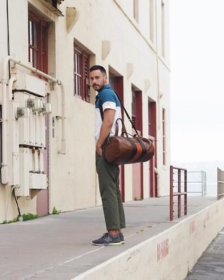 Cómo combinar: camisa polo en blanco y azul marino, pantalón chino verde oscuro, tenis azul marino, bolsa de viaje de cuero marrón