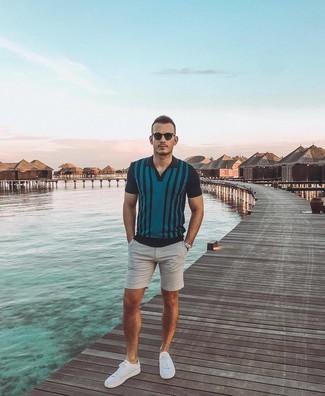 Cómo combinar: camisa polo de rayas verticales en verde azulado, pantalones cortos grises, tenis blancos, gafas de sol en marrón oscuro