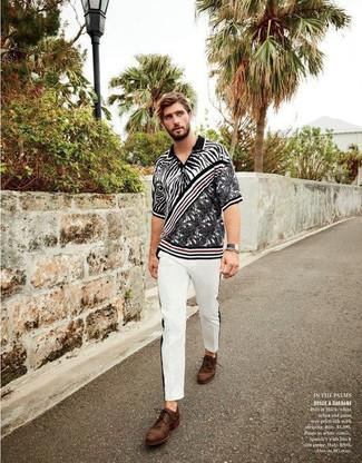 Cómo combinar: camisa polo estampada en negro y blanco, pantalón chino blanco, zapatos derby de cuero marrónes