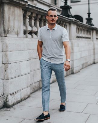 Cómo combinar: camisa polo gris, pantalón de vestir celeste, mocasín con borlas de ante negro, reloj plateado