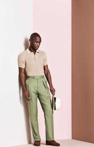 Cómo combinar: camisa polo marrón claro, pantalón de vestir verde oliva, mocasín de cuero marrón, sombrero de paja blanco