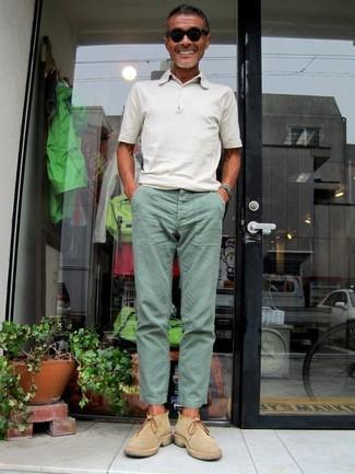 Cómo combinar: camisa polo blanca, pantalón chino en verde menta, botines chelsea de ante marrón claro, gafas de sol negras