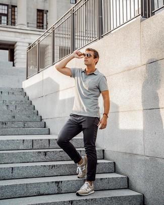 Cómo combinar: camisa polo gris, pantalón chino en gris oscuro, deportivas de ante marrónes, gafas de sol en marrón oscuro