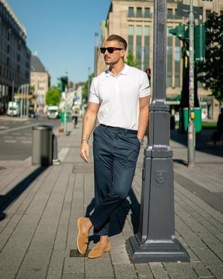 Cómo combinar: camisa polo blanca, pantalón chino de rayas verticales azul marino, mocasín con borlas de ante marrón claro, gafas de sol en marrón oscuro