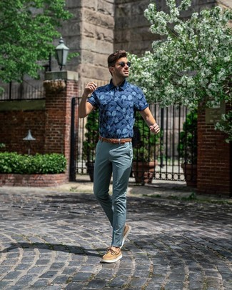 Cómo combinar: camisa polo estampada azul marino, pantalón chino en verde azulado, náuticos de cuero marrón claro, correa de cuero tejida marrón