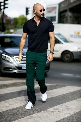 Cómo combinar: camisa polo negra, pantalón chino verde oscuro, tenis blancos, gafas de sol negras