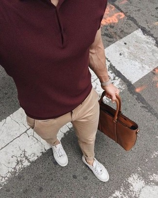 Cómo combinar: camisa polo burdeos, pantalón chino en beige, tenis blancos, portafolio de cuero marrón