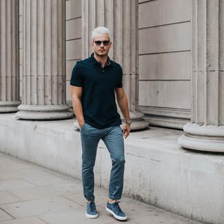 Cómo combinar: camisa polo negra, pantalón chino azul, tenis de ante azules, gafas de sol negras