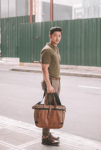 Cómo combinar: camisa polo verde oliva, pantalón chino marrón, zapatos brogue de cuero en marrón oscuro, bolsa tote de cuero marrón