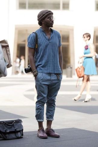Look de moda: Camisa polo de rayas verticales azul, Pantalón chino azul, Zapatos oxford de cuero burdeos, Gorro en marrón oscuro
