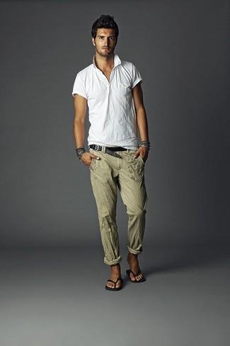 Cómo combinar: camisa polo blanca, pantalón de vestir de lino verde oliva, chanclas negras, correa de cuero tejida negra