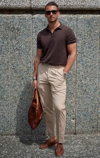 Cómo combinar: camisa polo en marrón oscuro, pantalón de vestir en beige, mocasín de cuero tejido marrón, bolsa tote de cuero en tabaco